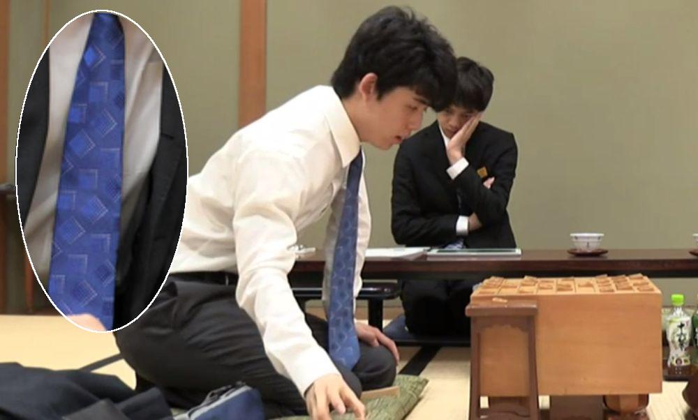 藤井聡太四段8月15日ネクタイ